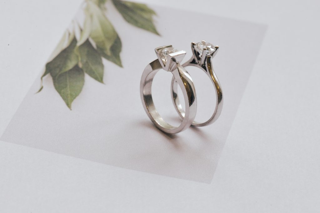 Round solitaire engagement rings straight vs round band